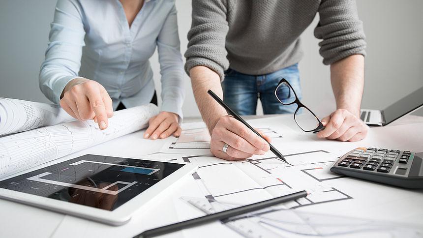 mesa-trabajo-hombre-mujer-arquitectos-proyecto-arquitectura-retail