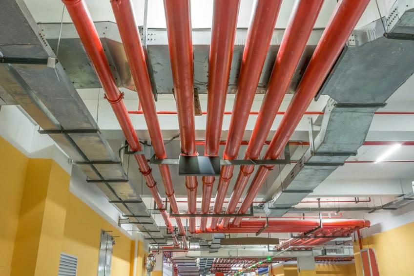 mantenimiento-sistema-contra-incendios-seguridad-tuberias-tienda-techo