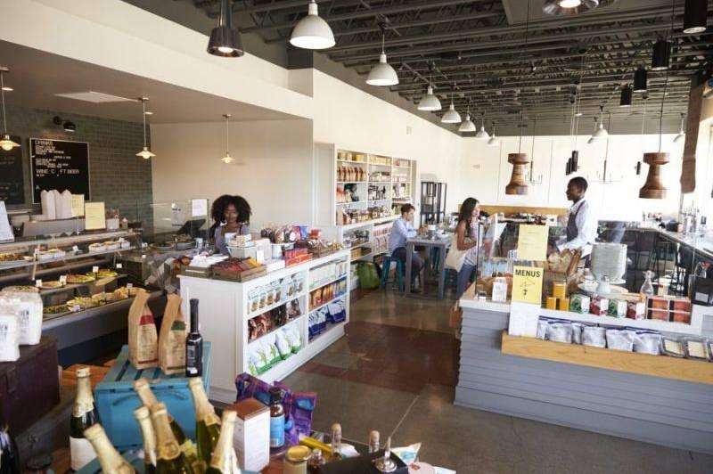 remodelar-tienda-productos-estantes-pasillo