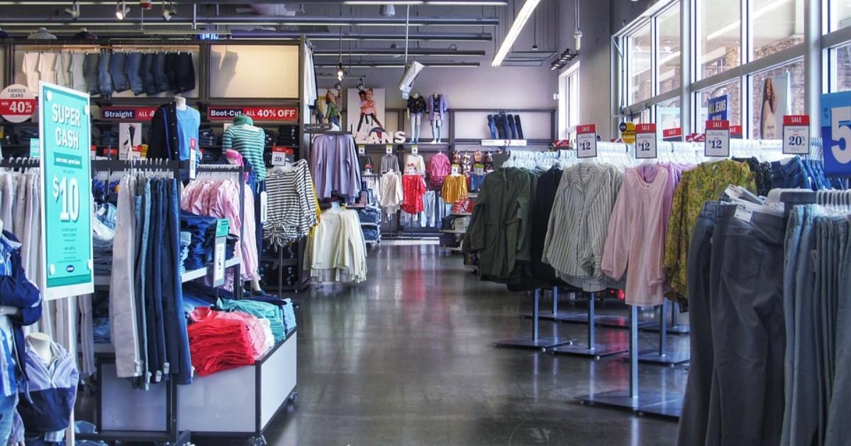 ¿Cómo deben ser los exhibidores, gondolas y displays en una tienda de retail?